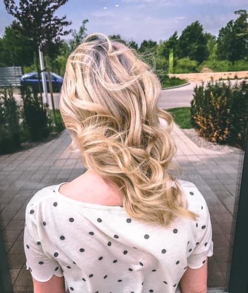 kobieca-fryzura-galeria-zdjec-koloryzacja-blond-z-fioletowa-nasada-najlepszy-fryzjer-poznan