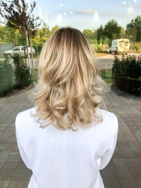 kobieca-fryzura-galeria-zdjec-blond-fale-sombre-sredniej-dlugosci-najlepszy-fryzjer-poznan