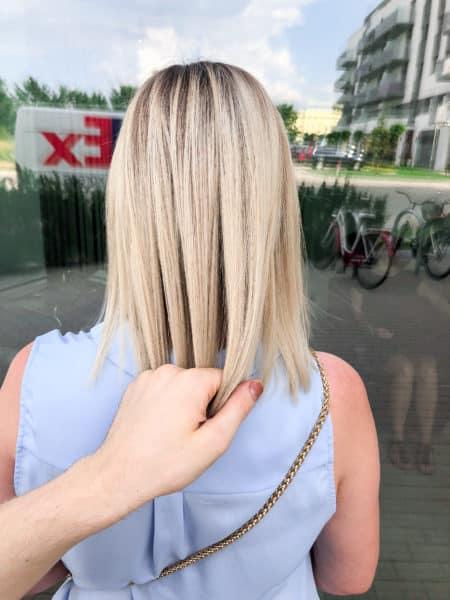 kobieca-fryzura-galeria-zdjec-sredniej-dlugosci-blond-koloryzacja-z-naturalna-nasada-najlepszy-fryzjer-poznan