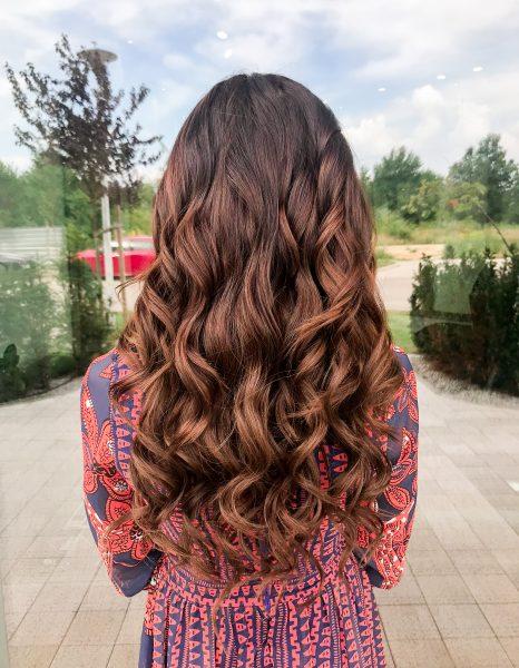kobieca-fryzura-galeria-zdjec-wystrzalowe-fale-z-refleksami-brazu-najlepszy-fryzjer-poznan