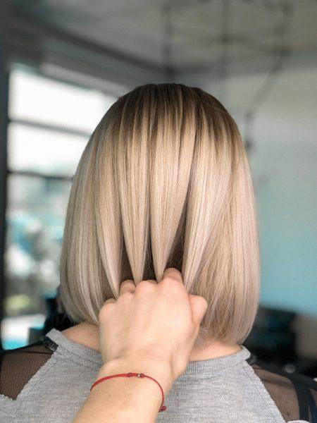 kobieca-fryzura-galeria-zdjec-chlodny-blond-z-przyciemnionym-odrostem-najlepszy-fryzjer-poznan