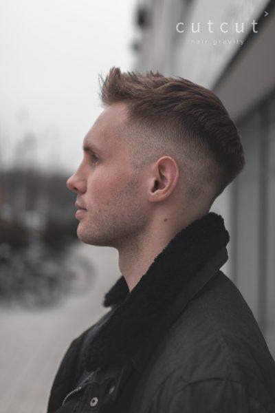 meska-fryzura-galeria-zdjec-quiff-w-polaczeniu-z-wysoko-wygolony-fadem-najlepszy-fryzjer-poznan