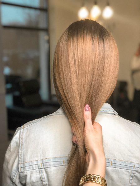 kobieca-fryzura-galeria-zdjec-ciemny-blond-z-przyciemniona-nasada-najlepszy-fryzjer-poznan