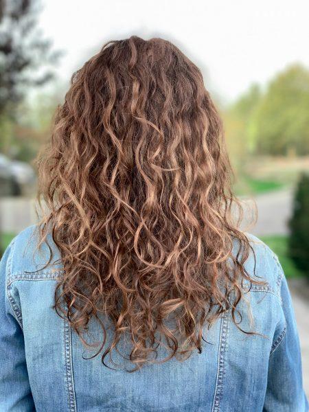 kobieca-fryzura-galeria-zdjec-refleksy-na-wlosach-kreconych-trojwymiar-najlepszy-fryzjer-poznan
