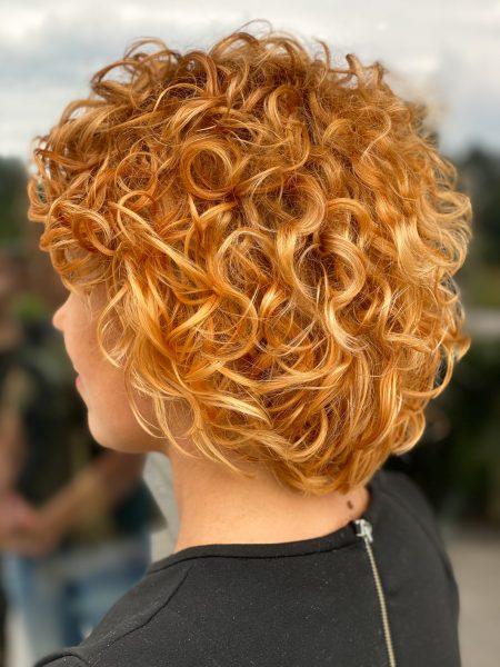 kobieca-fryzura-galeria-zdjec-loki-w-odcieniach-rudosci-najlepszy-fryzjer-poznan
