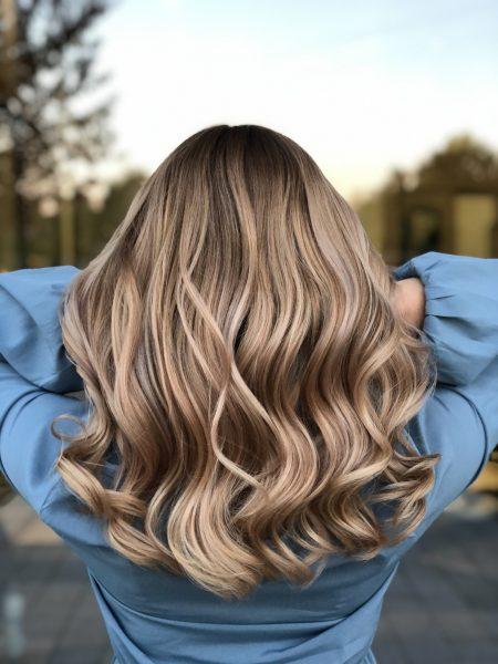 kobieca-fryzura-galeria-zdjec-koloryzacja-w-neutralnych-odcieniach-z-delikatna-domieszka-rozu-najlepszy-fryzjer-poznan